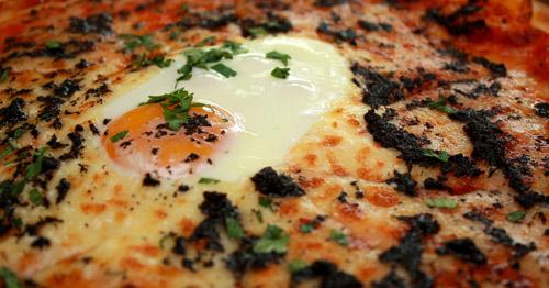 huevos trufados en pizza